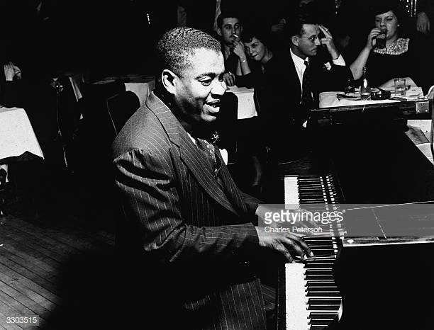 American jazz pianist Art Tatum (1909 - 1956) performs for an audience at the Cafe Society nightclub, New York City, December 11, 1940. (Photo by Charles Peterson/Getty Images)